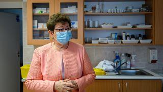 Müller Cecília országos tisztifőorvos a Fejér megyei Nagyvenyim orvosi rendelőjében 2020.  november 15-én