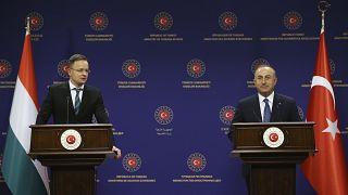 مولود تشاوش أوغلو، وزير الخارجية التركي في مؤتمر صحفي عقده في أنقرة، مع نظيره المجري بيتر سيارتو