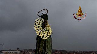 Trotz Regen: Papst ehrt Mutter Gottes
