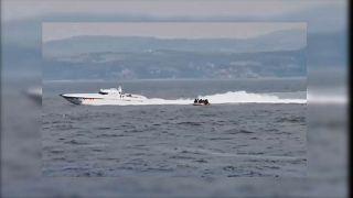 Boot der türkischen Küstenwache und Boot mit Migranten.