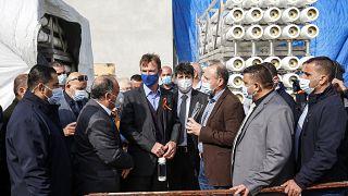 سفين كون فون بورغسدورف، ممثل الاتحاد الأوروبي في الضفة الغربية وقطاع غزة، إلى جانب ممثلين آخرين من الاتحاد الأوروبي يتحدثون مع مسؤولين فلسطينيين في محطة لتحلية المياه
