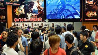 """شباب يقبل على النسخ الجديدة لألعاب فيدو """"مونستر هانتر"""". اليابان 2013/09/14"""