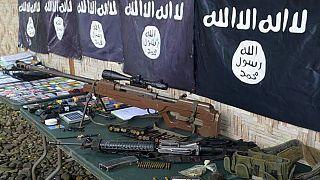 أسلحة وأعلام داعش التي تم انتشالها من أفراد عصابة إجرامية انضمت لداعش في بلدة باليمبانغ، الفليبين.