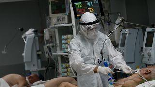 Türkiye'de son 24 saatte koronavirüsten dolayı 211 kişi hayatını kaybetti.