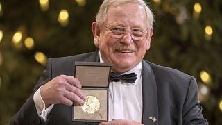 Reinhard Genzel mit dem Nobelpreis.