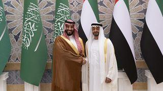 ولي العهد السعودي محمد بن سلمان يصافح ولي عهد أبوظبي محمد بن زايد آل نهيان في أبو ظبي، الإمارات العربية المتحدة.