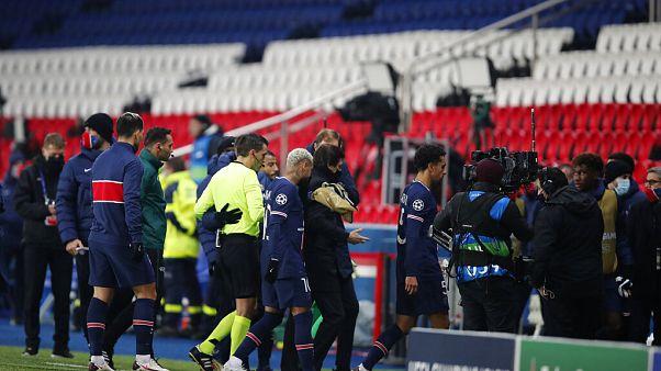 PSG-Medipol Başakşehir takımları maç sırasında yaşanan ırkçı söylemler nedeniyle sahayı terketti