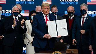 Donald Trump muestra el decreto firmado en la Casa Blanca