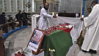 قساوسة يعدون نعش المطران الجزائري الراحل هنري تيسييه خلال قداس على شرفه في كاتدرائية السيدة الإفريقية بالجزائر العاصمة