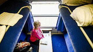 مسافرة داخل مقصورة قطار ليلي سريع في ويسترلاند ، ألمانيا. في 4 يوليو 2020.