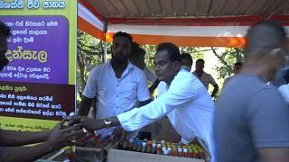 توزيع الشراب المعجزة لعلاج كوفيد-19 في قرية كيغال في سريلانكا
