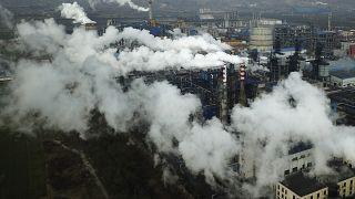 الدخان والبخار يتصاعدان من محطة معالجة الفحم في خين بمقاطعة شانشي بوسط الصين.