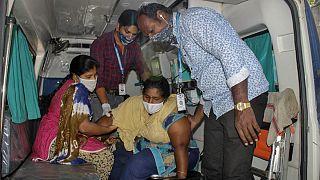 یک زن مبتلا به بیماری نوظهور در ایالت آندرا پرادش هند در حال انتقال به بیمارستان