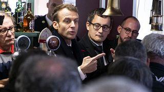 الرئيس الفرنسي إيمانويل ماكرون ووزير الداخلية جيرالد دارمانان