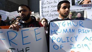 صورة من الارشيف- احتجاج أمام البعثة الأمريكية لدى الأمم المتحدة من أجل حرية غالبية الأويغور المسلمين المسجونين ظلما