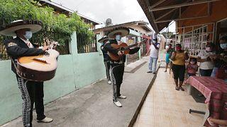 شاهد: احتفالات خافتة بعيد الأم في بنما بسبب كوفيد-19