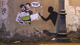 Roma, un murale ritrae in un abbraccio lo studente incarcerato Patrik Zaki con il ricercatore Giulio Regeni, ucciso dalle forze di sicurezza egiziane