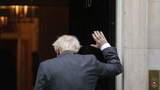 Boris Johnson se despide de la prensa mientras entra en el 10 de Downing Street