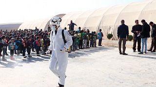 ویدئو؛ کلاهسفیدها به جنگ کرونا در اردوگاههای پناهندگان سوری رفتند