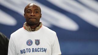 """Pierre Webo vor Anpfiff der Partie in einem """"Nein-zu-Rassismus-""""Shirt."""