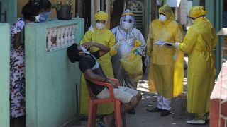 جمع عينات مسحة من حالة مشتبه بها في كولومبو، سريلانكا