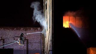 Los bomberos luchan contra las llamas en la fábrica de Badalona