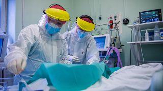 Védőfelszerelést viselő orvosok a koronavírussal fertőzött betegek fogadására kialakított intenzív osztályon a Szent László Kórházban 2020. december 8-án.