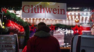 أكشاك النبيذ الساخن في سوق عيد الميلاد في منطقة إيسن بغرب ألمانيا.