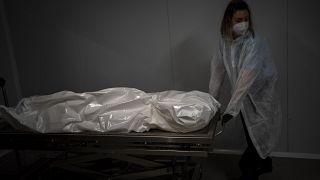 نقل جثة مسن توفي بسبب كوفيد-19 في دار لرعاية المسنين في برشلونة، إسبانيا.