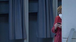 Anglea Merkel az okostelefonját nézi a német költségvetés vitája alatt (2020.12.09.)