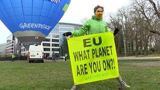 """شاهد: احتجاج لمنظمة """"غرينبيس"""" بالقرب من مقر انعقاد القمة الأوروبية"""