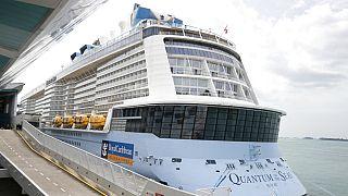 Das Kreuzfahrtschiff Quantum of the Seas liegt am 09.12. 2020, im Marina Bay Cruise Center in Singapur vor Anker