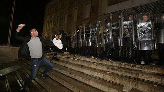 Διαδηλωτής πετάει πέτρα στην αστυνομία