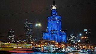 El Palacio de Cultura de Varsovia, iluminado de azul el 9 de diciembre de 2020