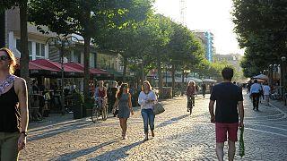Passanten in der Fußgängerzone