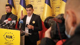 George Simion (j) és Claudiu Tarziu (b) sajtótájékoztatót tart Bukarestben 2020. december 7-én