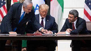 رئيس الوزراء الإسرائيلي بنيامين نتنياهو  والرئيس الأمريكي دونالد ترامب ووزير الخارجية الإماراتي عبد الله بن زايد آل نهيان.