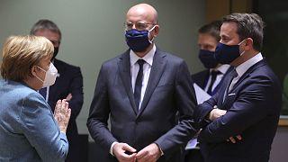 Le président du Conseil européen Charles Michel avec la chancelière allemande Angela Merkel et le Premier ministre luxembourgeois Xavier Bettel à Bruxelles le 10/12/2020