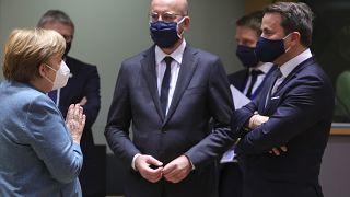 Charles Michel tra la Cancelliera tedesca, Angela Merkel, e il premier lussemburghese Xavier Bettel