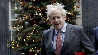Boris Johnson az irodája előtt