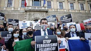 """Matteo Salvini tient une pancarte dénonçant le """"terrorisme islamique"""" devant l'ambassade française à Rome, Italie, le 29 octobre 2020"""