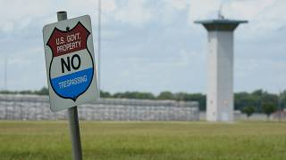 لافتة تدعو إلى عدم اختراق المنطقة أمام مجمع السجون الفدرالي في تير هوت من ولاياية إنديانا. 2020\08/28