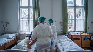 5005 koronavírusos beteget ápolnak kórházban