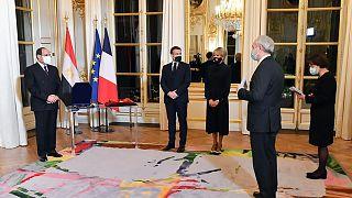 ماكرون يقلد السيسي أرفع وسام خلال زيارته لباريس براية الأسبوع