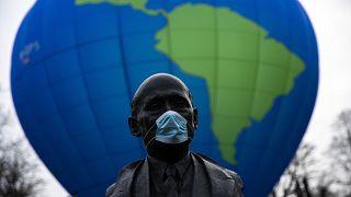 Der französische Staatsmann Robert Schuman, einer der Gründer der EU, vor einem Heißluftballon von Umweltaktivisten s