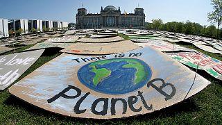 پلاکاردهای فعالان محیط زیستی مقابل ساختمان پارلمان آلمان