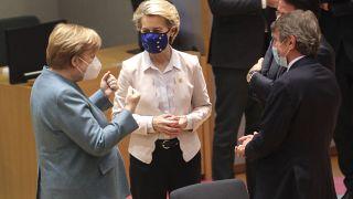 المستشارة الألمانية الاتحادية أنجيلا ميركل ورئيسة المفوضية الأوروبية أورسولا فون دير لاين، ورئيس البرلمان الأوروبي ديفيد ساسولي يتحدثون في بداية قمة الاتحاد الأوروبي