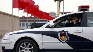 Aracının içinden fotoğraf çeken bir polis memuru, Pekin / Çin