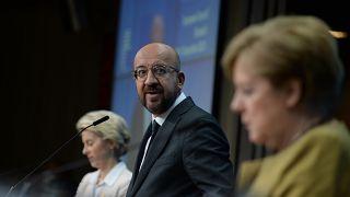 Le président du Conseil européen entouré de la chancelière allemande et de la présidente de la Commission européenne