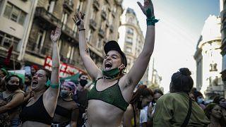 Mujeres celebran la aprobación de la Ley del aborto por la Cámara de Diputados argentina, Buenos Aires, 11/12/2020